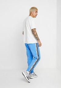 adidas Originals - REVEAL YOUR VOICE - Trainingsbroek - real blue - 2