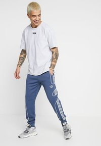 adidas Originals - OUTLINE STRIKE REGULAR TRACK PANTS - Pantalones deportivos - tech ink - 1