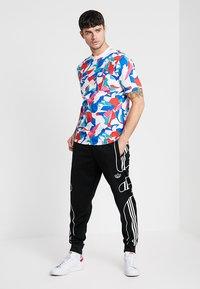 adidas Originals - OUTLINE STRIKE REGULAR TRACK PANTS - Spodnie treningowe - black - 1