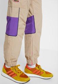 adidas Originals - REGULAR TRACK PANTS - Pantalon cargo - beige - 3
