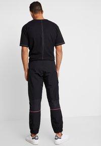 adidas Originals - REGULAR TRACK PANTS - Pantalon cargo - black - 2