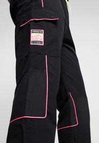adidas Originals - REGULAR TRACK PANTS - Pantalon cargo - black - 5