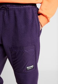adidas Originals - REVEAL YOUR VOICE TREFOIL TRACKPANT - Joggebukse - legend purple - 4
