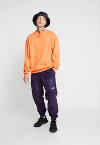adidas Originals - REVEAL YOUR VOICE TREFOIL TRACKPANT - Joggebukse - legend purple - 1
