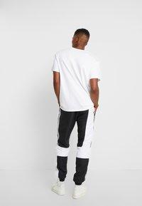 adidas Originals - TRACK PANT - Pantalon de survêtement - black/white - 2