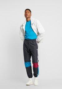 adidas Originals - TRACK PANT - Træningsbukser - carbon/active teal/berry - 1
