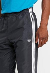 adidas Originals - TRACK PANT - Tracksuit bottoms - carbon/active teal/berry - 5