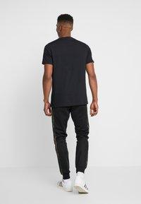 adidas Originals - CAMO - Verryttelyhousut - black/multicolor - 2