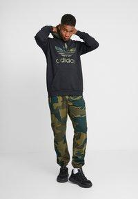 adidas Originals - CAMO TREFOIL GRAPHIC SPORT PANTS - Spodnie treningowe - multicolor - 1