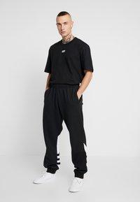 adidas Originals - ADICOLOR TREFOIL SPORT PANTS - Verryttelyhousut - black - 1