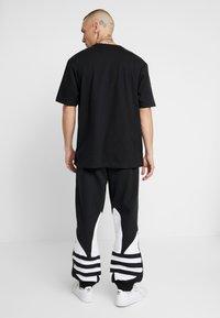 adidas Originals - ADICOLOR TREFOIL SPORT PANTS - Verryttelyhousut - black - 2