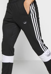 adidas Originals - BANDRIX - Jogginghose - black