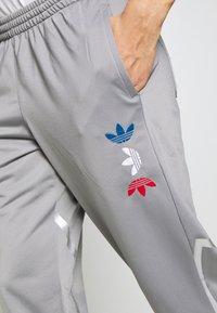 adidas Originals - ADICOLOR TREFOIL TRACK PANTS - Spodnie treningowe - grey - 5