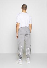 adidas Originals - ADICOLOR TREFOIL TRACK PANTS - Spodnie treningowe - grey - 2