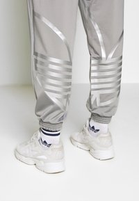 adidas Originals - ADICOLOR TREFOIL TRACK PANTS - Spodnie treningowe - grey - 4