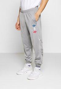 adidas Originals - ADICOLOR TREFOIL TRACK PANTS - Spodnie treningowe - grey - 0