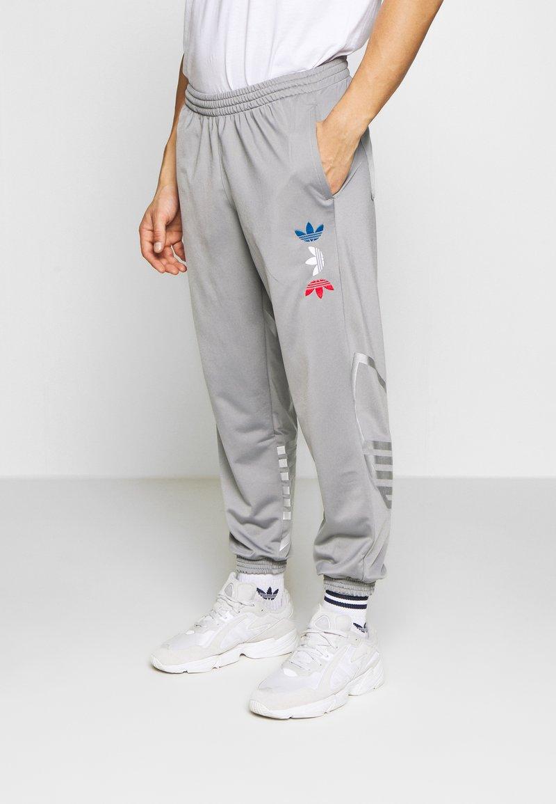 adidas Originals - ADICOLOR TREFOIL TRACK PANTS - Spodnie treningowe - grey