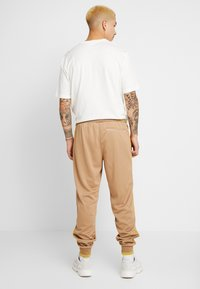 adidas Originals - TRACK PANT - Jogginghose - beige - 2