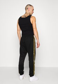 adidas Originals - Pantaloni sportivi - black/gold - 2