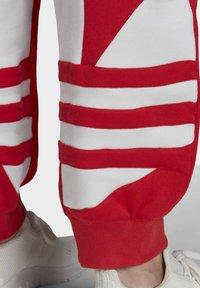 adidas Originals - BIG TREFOIL JOGGERS - Träningsbyxor - red - 5