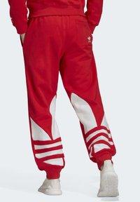adidas Originals - BIG TREFOIL JOGGERS - Träningsbyxor - red - 1