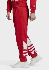 adidas Originals - BIG TREFOIL JOGGERS - Träningsbyxor - red - 2