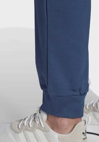 adidas Originals - TREFOIL ESSENTIALS PANTS - Pantalon de survêtement - blue - 5