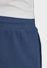 adidas Originals - TREFOIL ESSENTIALS PANTS - Pantalon de survêtement - blue - 6