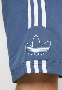 adidas Originals - OUTLINE TREFOIL REGULAR SHORTS - Verryttelyhousut - tech ink