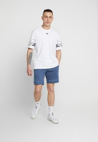 adidas Originals - OUTLINE TREFOIL REGULAR SHORTS - Pantalon de survêtement - tech ink - 1
