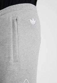 adidas Originals - OUTLINE TREFOIL REGULAR SHORTS - Tracksuit bottoms - medium grey heather - 5