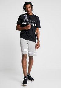 adidas Originals - OUTLINE TREFOIL REGULAR SHORTS - Tracksuit bottoms - medium grey heather - 1