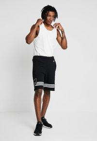 adidas Originals - OUTLINE TREFOIL REGULAR SHORTS - Tracksuit bottoms - black - 1