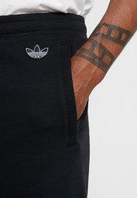 adidas Originals - OUTLINE TREFOIL REGULAR SHORTS - Tracksuit bottoms - black - 5