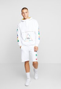 adidas Originals - PHARRELL WILLIAMS  3 STREFEN SHORTS  - Träningsbyxor - white