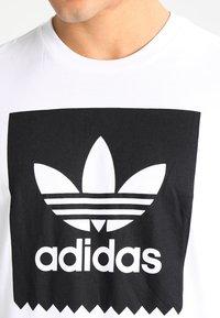 adidas Originals - SOLID - T-shirt z nadrukiem - white/black - 3