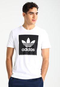 adidas Originals - SOLID - T-shirt z nadrukiem - white/black - 0