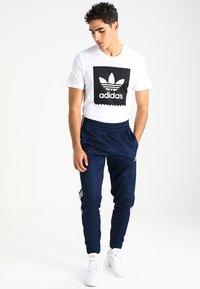 adidas Originals - SOLID - T-shirt z nadrukiem - white/black - 1