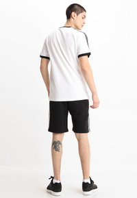 adidas Originals - 3 STRIPES TEE - T-shirt med print - white - 2