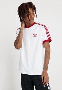 adidas Originals - ADICOLOR 3STRIPES SHORT SLEEVE TEE - T-shirt imprimé - white/powred - 0