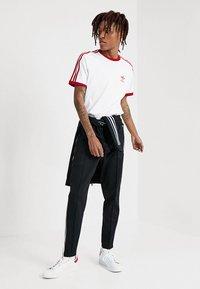 adidas Originals - ADICOLOR 3STRIPES SHORT SLEEVE TEE - T-shirt imprimé - white/powred - 1