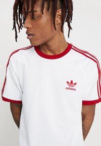 adidas Originals - ADICOLOR 3STRIPES SHORT SLEEVE TEE - T-shirt imprimé - white/powred - 4