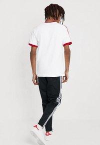 adidas Originals - ADICOLOR 3STRIPES SHORT SLEEVE TEE - T-shirt imprimé - white/powred - 2