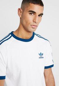 adidas Originals - ADICOLOR 3STRIPES SHORT SLEEVE TEE - T-shirt imprimé - white/legmar - 4