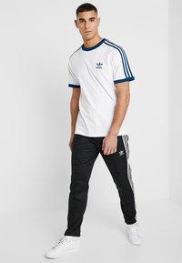 adidas Originals - ADICOLOR 3STRIPES SHORT SLEEVE TEE - T-shirt imprimé - white/legmar - 1