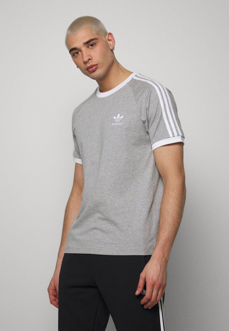 adidas Originals - 3 STRIPES TEE UNISEX - T-shirt imprimé - grey