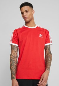 adidas Originals - STRIPES TEE - T-shirt imprimé - lush red - 0