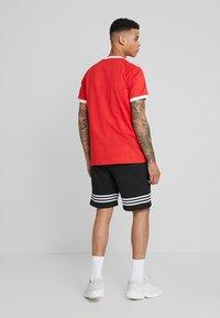 adidas Originals - ADICOLOR 3STRIPES SHORT SLEEVE TEE - T-shirt imprimé - lush red - 2