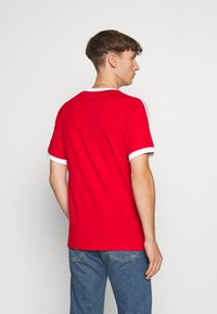 adidas Originals - 3 STRIPES TEE UNISEX - T-shirt imprimé - scarle - 2
