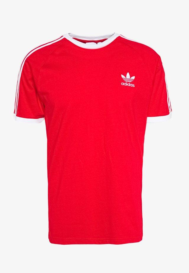 ADICOLOR 3STRIPES SHORT SLEEVE TEE - T-shirt imprimé - scarle